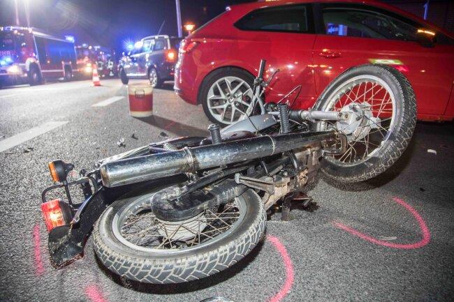 Der Mopedfahrer und seine Mitfahrerin wurden schwer verletzt.