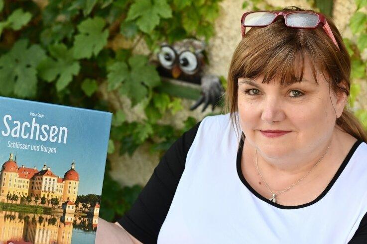"""Die Autorin und Journalistin Petra Steps präsentiert ihr neues Buch """"Sachsen - Schlösser und Burgen"""". Der Band enthält nicht nur die Fakten zu der Geschichte der Bauwerke, sondern auch Anekdoten über ihre ehemaligen Bewohner."""