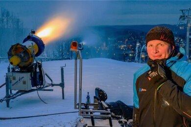 """""""Schnee musst du machen, wenn du ihn machen kannst"""", sagt Stefan Uhlmann von der Skiarena Eibenstock. Das war Ende November."""