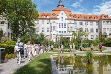 Der Stadtrundgang mit Angelika Grau führte auch durch das Krankenhausgelände.