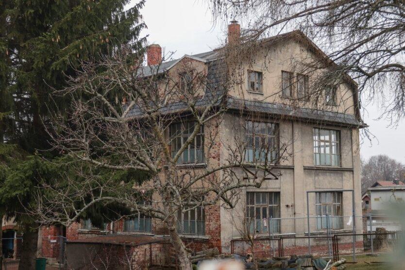Dieses ehemalige Fabrikgebäude an der Schulstraße in Hartmannsdorf soll abgerissen werden. Auf dem Areal ist Wohnungsbau geplant.