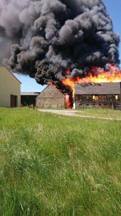 Auf einem Hof in Zethau sind zwei Scheunen in Brand geraten.