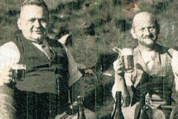 Der in Neugeschrei lebende Anton Hippmann hat eine umfangreiche Familienchronik erarbeitet. Dabei ist er auch der Spur seines Onkel Hubert Hippmann gefolgt, der als Wildschütz bekannt wurde. Das Foto zeigt (links) Kriminalkommissar Willy Häußler und Wildschütz Hubert Hippmann.