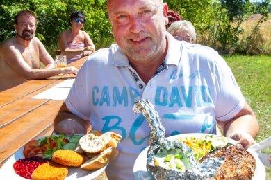 Seinen Kunden läuft bereits das Wasser im Mund zusammen: Jörg Steudel tischt am Nackedeistrand Nicht-Alltägliches auf.
