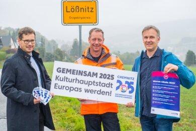 Gleich wird das erste Schild befestigt: Bürgermeister Alexander Troll, Bauhofmitarbeiter Kay Müller und Christof Schulze (von links).