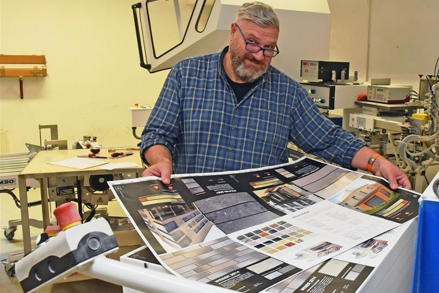 Simon-Peter Fröhlich hat sein Geschäft 1989 eröffnet. Knapp fünf Millionen Broschüren werden statistisch hochgerechnet in seiner Firma in einem Jahr gebunden. Dabei ist zu beachten, dass auf dem im Bild abgebildeten Bogen16 Seiten des Formats A 4 Platz haben, bei A 5 wären es sogar 32. Diese werden gefalzt, gebunden und beschnitten.