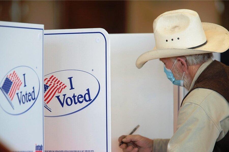 In einem Wahllokal in Idaho Falls im US-Bundesstaat Idaho füllt ein Wähler seinen Stimmzettel aus. Trotz der Coronapandemie war die Wahlbeteiligung so hoch wie seit 120 Jahren nicht mehr.