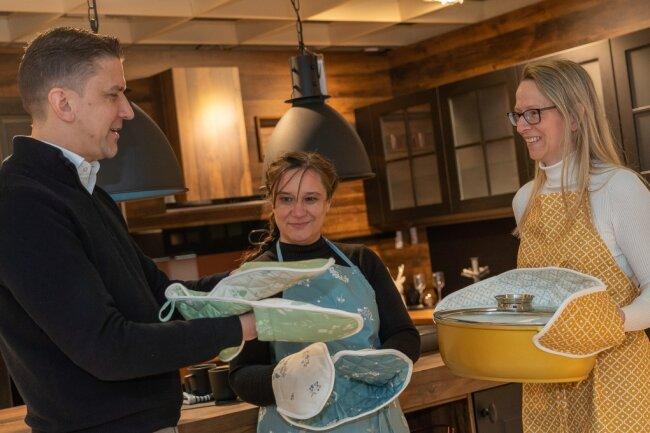 Wohnwelt Seidel-Chef Tino Seidel, Kathrin Floß und Schlummersack-Inhaberin Karina Grassy (von links) beim Fotoshooting für die neue Kollektion Heimtextilien von Schlummersack.