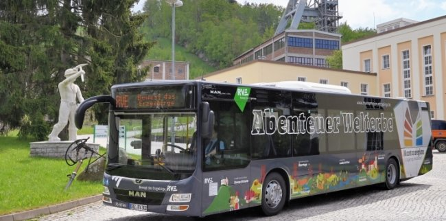 Vor dem Schacht 371 bei Bad Schlema waren die zwei Linienbusse am Donnerstag im Welterbe-Design unterwegs.