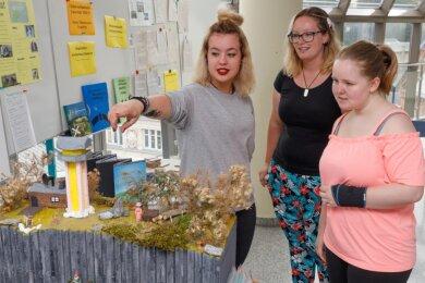 Johanna Meyer, Annika Bittner und Lisbeth Scholz (von links) haben in der von Mitschülerinnen und Mitschülern gestalteten Präsentation zur Montanregion Erzgebirge so manches spannende Detail entdeckt.