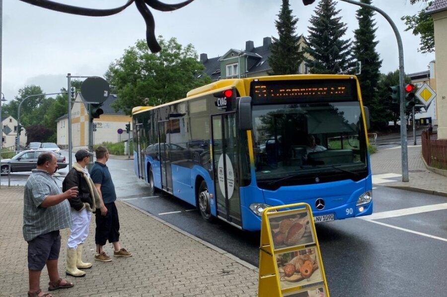 Ein Bus der Linie 53 biegt in die Markersdorfer Straße ein. Wo jetzt der Werbe-Aufsteller steht, gab es bis vor kurzem noch Parkplätze für die Kunden einer Bäckerei und eines Fleischers. Sie klagen nun über Umsatzeinbußen.