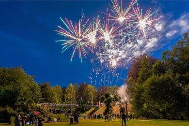 Ein Feuerwerk wie zur Einweihung der Parkbrücke im Sommer 2020 gibt es am Wochenende zwar nicht, trotzdem ist im Stadtpark Rodewisch am Wochenende viel los. Auch auf den Göltzschterrassen an der Parkbrücke, die am Sonntag zur Freilichtbühne für mehrere Konzerte wird.