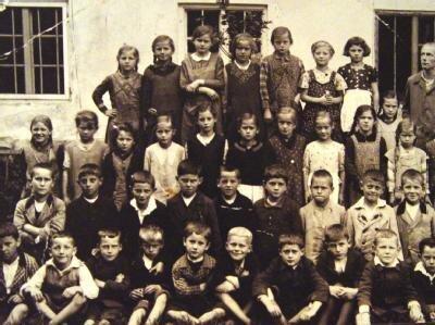 Ein Klassenfoto der dritten Klasse der Volksschule von Aschau am Inn. Der damals achtjährige Joseph Ratzinger (1935) steht in der zweiten Reihe von unten als dritter von links.