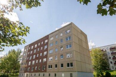 Der Wohnblock Volkmarstraße 8 bis 12, letzter unsanierter Plattenbau im Wohngebiet Auerbach-Mühlgrün, wird zurückgebaut, die beiden oberen Etagen werden abgetragen. Aus 28 Wohnungen werden 15.