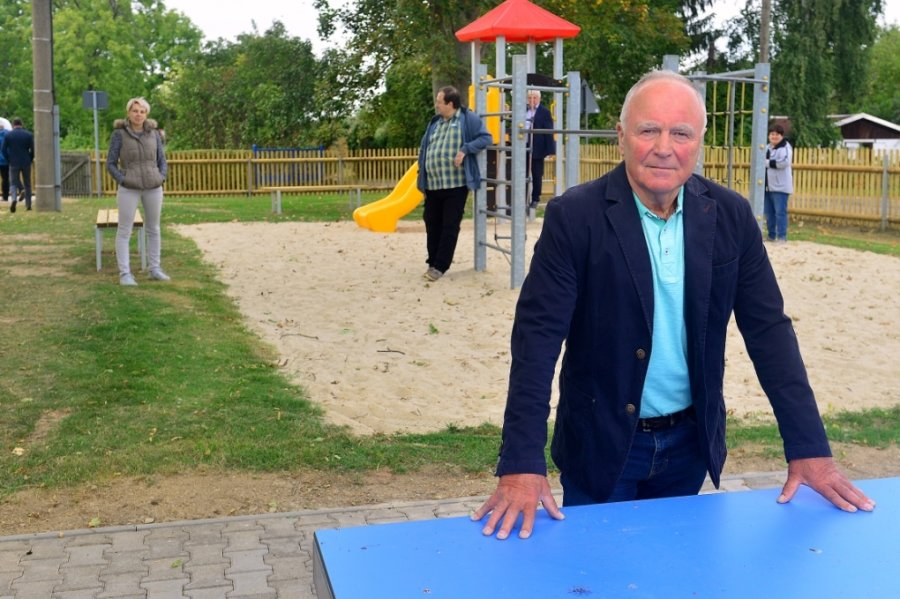 Ortsvorsteher Kurt Fischer auf dem neuen Spielplatz am Dorfgemeinschaftshaus in Bockendorf. Der blaue Farbtupfer im Vordergrund ist die wetterfeste Tischtennisplatte.