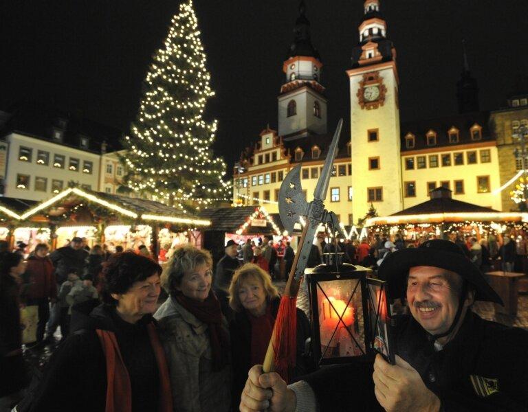 """<p class=""""artikelinhalt"""">Nachtwächter Stefan Vogel dreht seine abendliche Runde über den Weihnachtsmarkt. Bis zum 23. Dezember hat der Markt täglich von 10 bis 20 Uhr, freitags und samstags von 10 bis 21 Uhr geöffnet.</p>"""