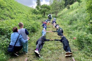 Unter der Grenzbrücke zwischen Neurehefeld und Moldava, wo das Gleis seit 1951 endet, legten sich Menschen hintereinander in die frischgemähte Wiese, paarweise, im Abstand von 1435 Millimetern, der europäischen Spurweite, und strecken je einen Arm aus, der die Schwellen symbolisieren soll.
