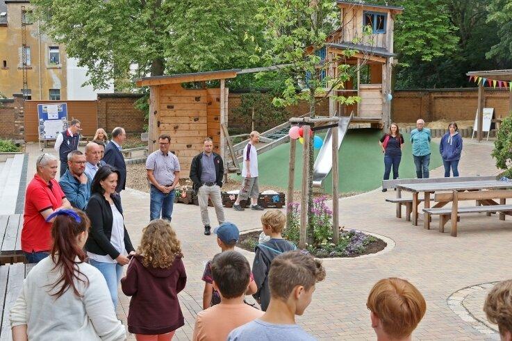 Rund 900.000 Euro hat der neue Schulhof gekostet. Fördermittel gab es von der Stadt Zwickau und aus dem Efre-Fonds.