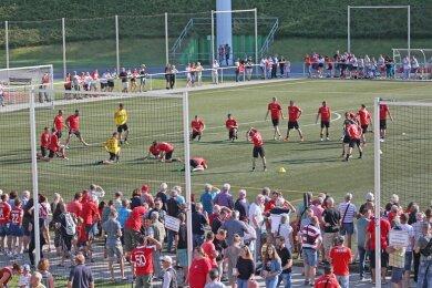 Hunderte Zuschauer verfolgten das erste offizielle Training im Westsachsenstadion.