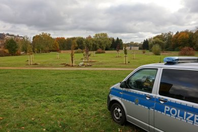 Die Polizei war beim Einpflanzen der Bäume im Schwanenteichpark anwesend.