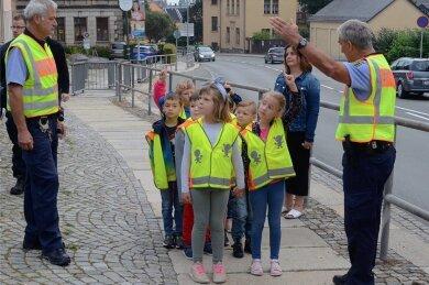 Die Polizisten Rüdiger Riedel (links) und Uwe Huster haben in Falkenstein erklärt, worauf Erstklässler beim Schulweg achten sollen.