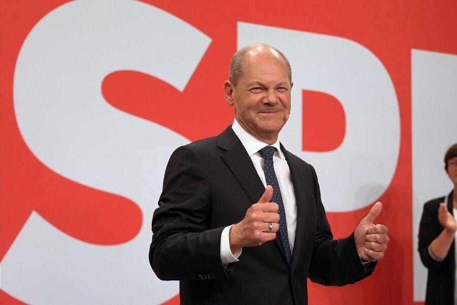 Einst ungeliebt, jetzt gefeiert: Olaf Scholz bei der Wahlparty im Willy-Brandt-Haus Berlin. Im Hintergrund SPD-Vorsitzende Saskia Esken.