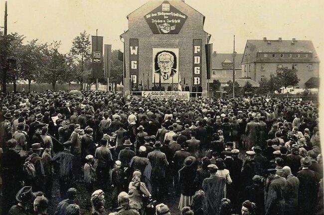 Mehr als 2500 Menschen demonstrieren in Flöha für Wilhelm Pieck und die DDR.