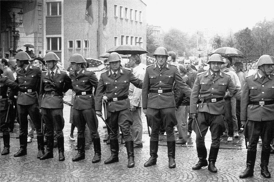 Die Volkspolizei sperrt eine Straße bei der Demonstration in Plauen ab.