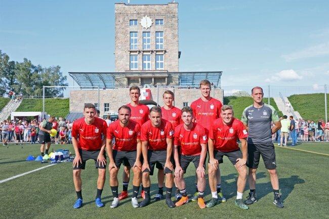Die bisherigen Neuzugänge des FSV Zwickau zusammen mit Trainer Joe Enochs.