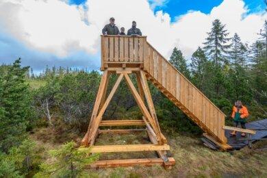 Der Sachsenforst hat eine neue Aussichtsplattform am Kleinen Kranichsee bei Johanngeorgenstadt gebaut.