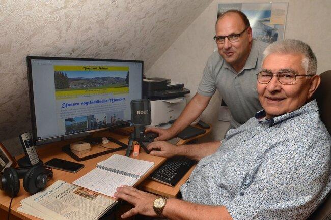 Michael Stieber (66, vorn) hat zusammen mit seinem Schwager Frank Schneider (52) ein Online-Wörterbuch zur vogtländischen Mundart erstellt. Das Besondere des Projektes der Männer aus Muldenberg und Beerheide: Alle Wörter und Redewendungen kann man sich vorlesen lassen.