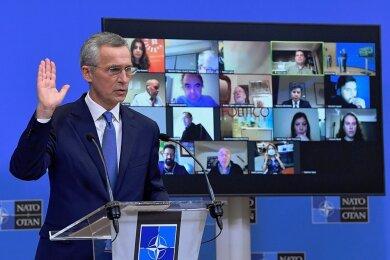 Nato-Generalsekretär Jens Stoltenberg spricht bei einer Pressekonferenz nach den Gesprächen der Verteidigungsminister.