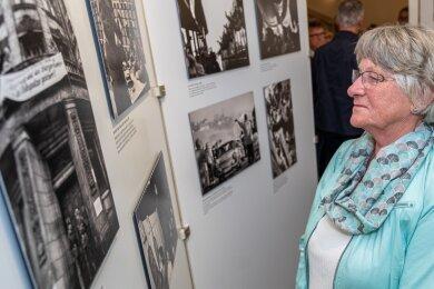 Die Plauenerin Karin Wurzbacher gehörte zu den ersten Besuchern der Wanderausstellung in Rodewisch.