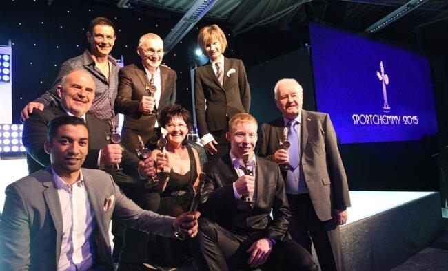 Bitte lächeln fürs Chemmy-Gruppenfoto: Robin Szolkowy, Birgit Hiebner, Joachim Eilers, Bernd Lohse (vorn von links) sowie Frank Munzer, Ingo Steuer, Stefan Richter und OB Barbara Ludwig (hinten von links) versammelten sich zum Schnappschuss auf der Bühne.