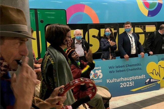 """Haltepunkt Flughafen BER: Mit Trommelwirbeln machten die Band """"Mambo Vipi"""" und eine rund 80-köpfige Delegation Werbung für die Chemnitzer Kulturhauptstadtbewerbung und eine IC-Anbindung der Stadt an Berlin."""