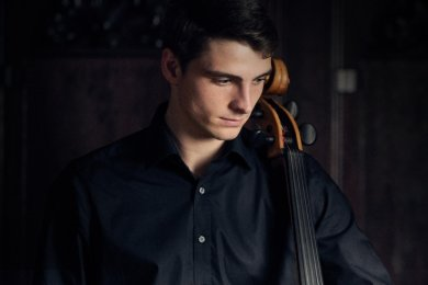 Als Solist von Camille Saint-Saëns Violoncellokonzert Nr. 1 a-Moll op. 33 stellt sich der junge Cellist Friedrich Thiele vor.