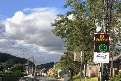 An der Annaberger Straße im Thumer Ortsteil Herold steht vorübergehend diese Geschwindigkeitsmessanlage.