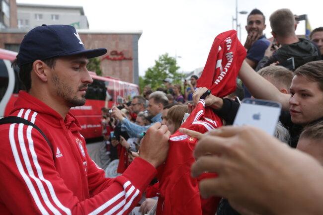 Mats Hummels gibt Autogramme.