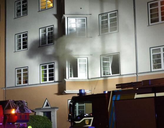 Bei einem Wohnungsbrand an der Walter-Oertel-Straße sind in der Nacht zu Samstag zwei Personen schwer verletzt worden. Die Frau erlag in der Nacht zu Sonntag im Krankenhaus ihren schweren Verletzungen.