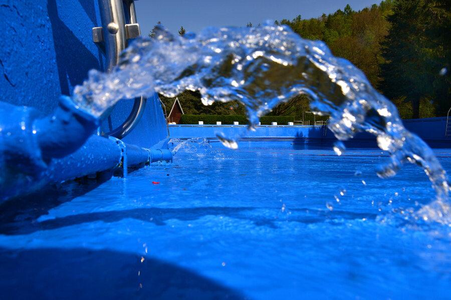 Das Becken im Freibad Sachsenburg wurde ausgebessert und neu gestrichen.