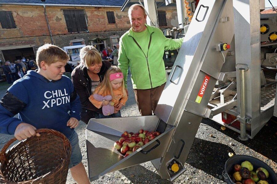 Die fahrende Apfelsaft-Fabrik von Matthias Grimm (rechts) zog die Blicke der Festbesucher auf sich.