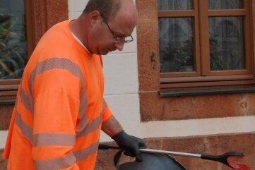 Ronny Vogel von der Rochlitzer Stadtreinigung leert einen Abfalleimer.