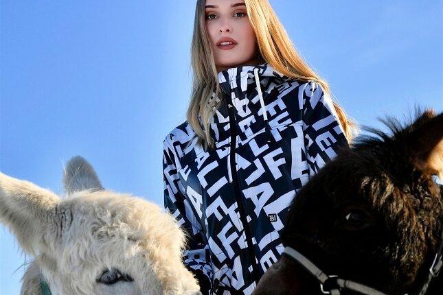 """Foto links: Model Ann Sophie Leuthen posierte mit zwei zahmen Eseln für eine neue Setkarte. Foto oben: Andreas Pabst und Julia Tschler nahmen den Song """"Wann?"""" auf. Foto unten: Axel Engelhardt und Gerd Kretzschmar betreiben nun die Health-Base-GbR mit digitalen Sportangeboten."""
