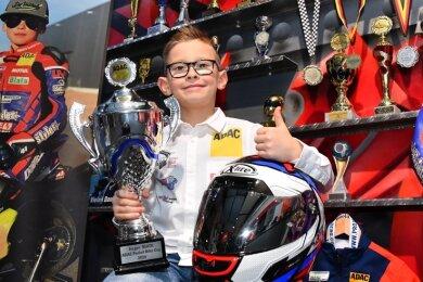 Der achtjährige Motorradrennfahrer Fillin Lorenz aus Glauchau präsentiert Stolz seine Pokalsammlung.