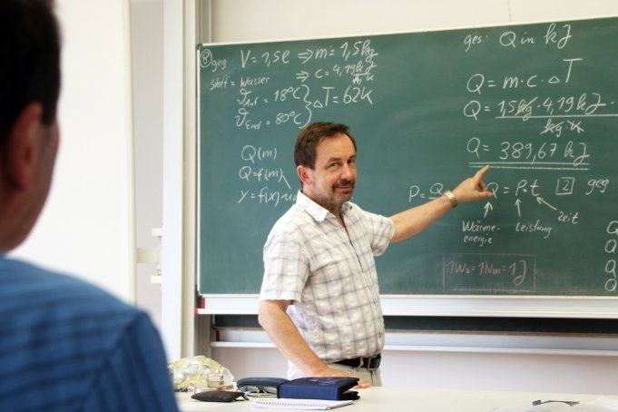 Physiklehrer Peter Rodehacke hatte am Freitag einen Schüler, mit dem er Formeln durchsprach.