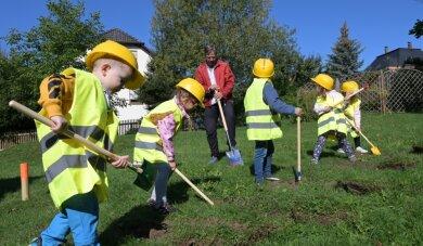Aus jeder Gruppe des Zwergenhauses war ein Kind beim symbolischen ersten Spatenstich für den Neubau dabei.
