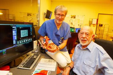 """Was Kardiologe Dr. Hans Neuser (links) und sein Team der Station Innere Medizin II für das Überleben von Dr. Heinz Zehmisch geleistet haben, beschreibt der 84-Jährige mit drei Worten: """"Das war stark!"""""""