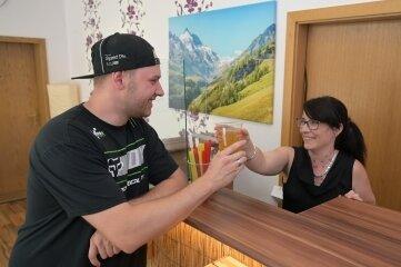 Inhaberin Sandra Röder reicht ihrem Mann David Röder einen der gesüßten Tees.