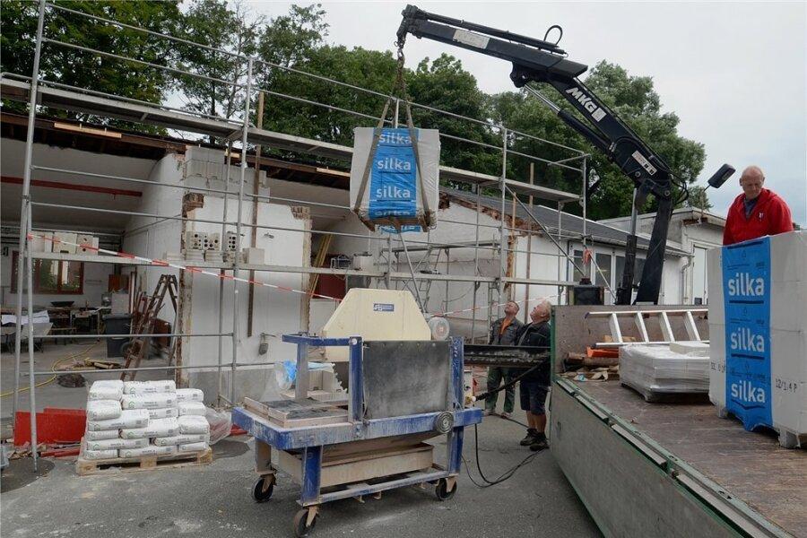 Baustelle Feuerwehrdepot Wernesgrün: Das Gerätehaus wird zurzeit vergrößert, damit das neue Feuerwehrfahrzeug reinpasst.