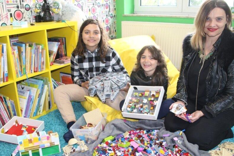 Becky Taylor-Hellwig, hier mit zwei ihrer drei Töchter Rosalee und Stella (v. r.). Alle sind große Legofans und haben schon viel gebaut. Jetzt sitzt Becky Taylor-Hellwig in einer Jury und wertet Lego-Filme aus.